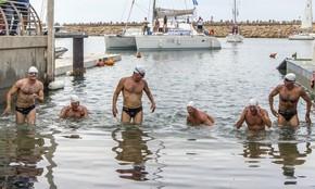 Nadadores israelenses Ben Enosh, Luc Chetboun, Ud Erel, Ori Sela, Doron Amosi e Oded Rahav saem da água depois de nadarem 400 km do Chipre até Israel (Foto: AFP Photo/Jack Guez)