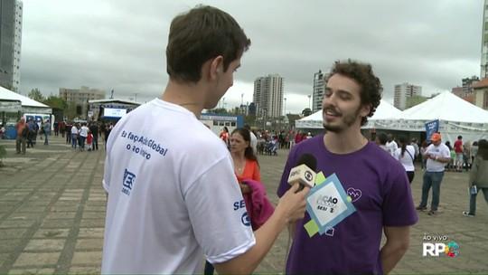 Ator paranaense Gabriel Stauffer interagiu com o público na Ação Global, em Ponta Grossa