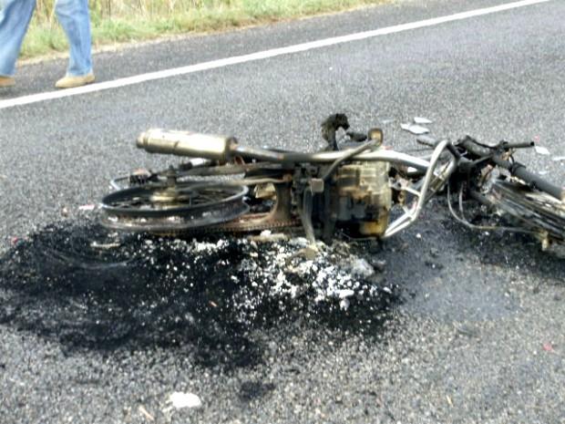 Um motociclista ficou gravemente ferido após uma colisão com um caminhão na manhã desta terça-feira (12), na rodovia Padre Cícero, na cidade de Icó, interior do Ceará. O motorista do caminhão fugiu sem prestar socorro ao motociclista que sofreu pancada na cabeça e fraturas pelo corpo. A moto explodiu após o acidente e ficou totalmente destruída, o condutor era um agricultor de 52 anos. (Foto: Richard Lopes/TV Diário)