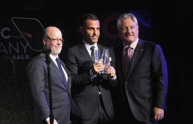 Alexandre Birman recebe o prêmio das mãos de Ron Fromm, Presidente e CEO da FFANY, e Robert Burke (Foto: Brad Barket/Getty Images)