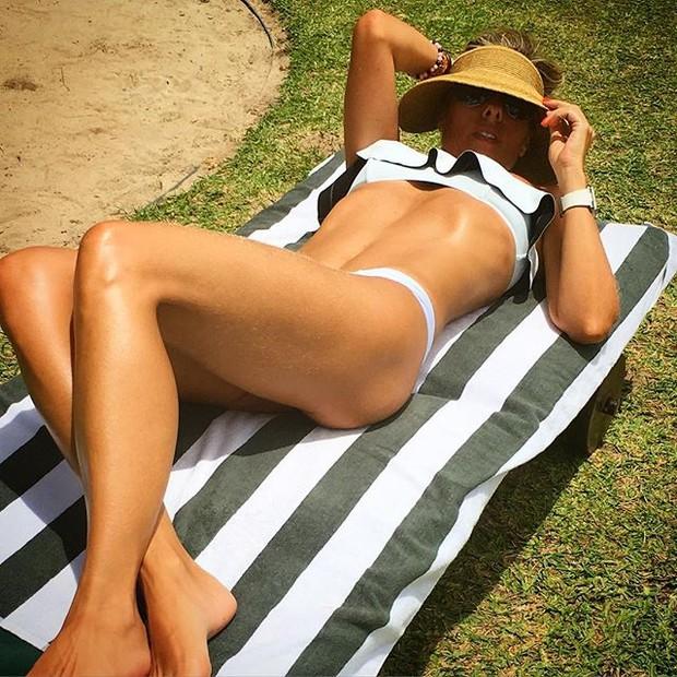 Adriane Galisteu posa de biquíni (Foto: Instagram/ Reprodução)