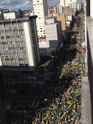 Caxias do Sul teve cerca de 30 mil pessoas, segundo a BM (Foto: Shirlei Paravisi/RBS TV)