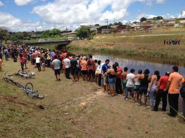 Dezenas de pessoas acompanham resgate de corpos no igarapé da Avenida Brasil, em Manaus (Foto: G1 Amazonas)