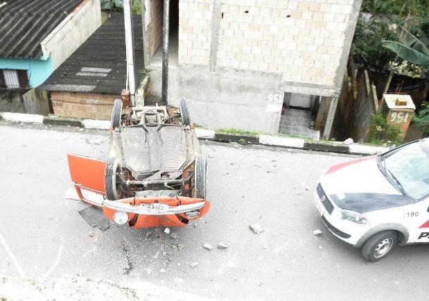 Carro capota em Registro (Foto: Nelson Proença/Você no G1)
