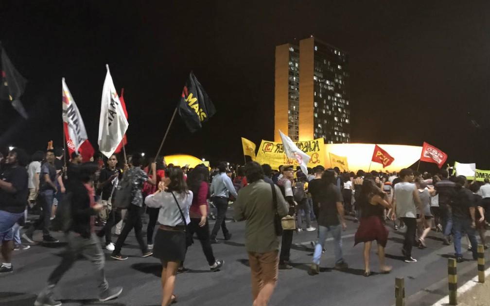 Grupo marcha rumo à Praça dos Três Poderes, em Brasília, em ato contra Michel Temer (Foto: Letícia Carvalho/G1)