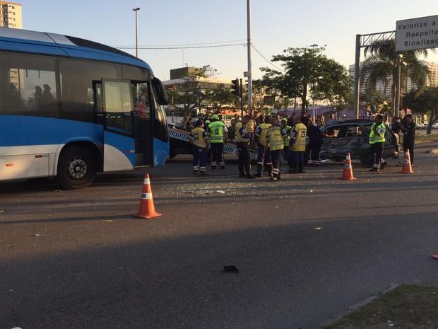 Carro teria feito conversão proibida, colidindo contra ônibus do BRT na Avenida das Américas, na Barra da Tijuca, Zona Oeste do Rio (Foto: Patrícia Teixeira/G1)