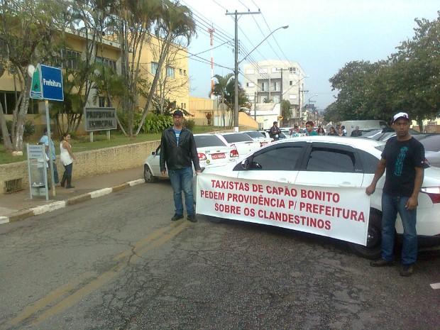 Taxistas fecharam a rua em frente à prefeitura em protesto. (Foto: Carlos Alberto Soares / TV TEM)