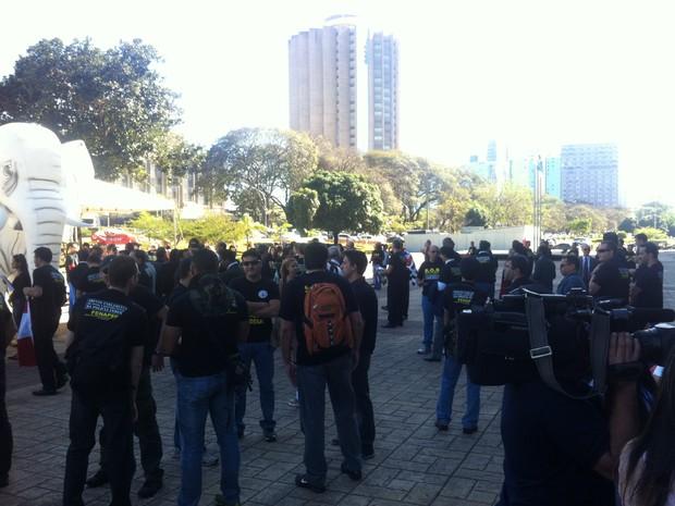 Policiais federais de todo o país se preparam para ir ao Congresso Nacional, onde vão protestar por reestruturação na carreira  (Foto: Lucas Salomão/ G1)
