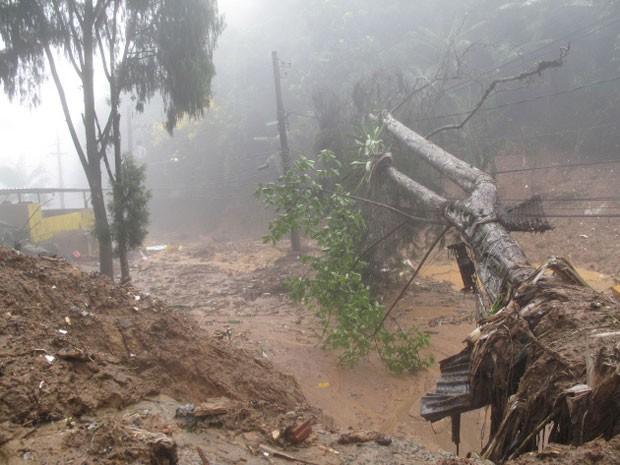 Via de acesso a região atingida por chuva é interditada em Petrópolis
