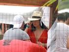 Decotada e de chapéu, Fernanda Paes Leme curte festa em Trancoso