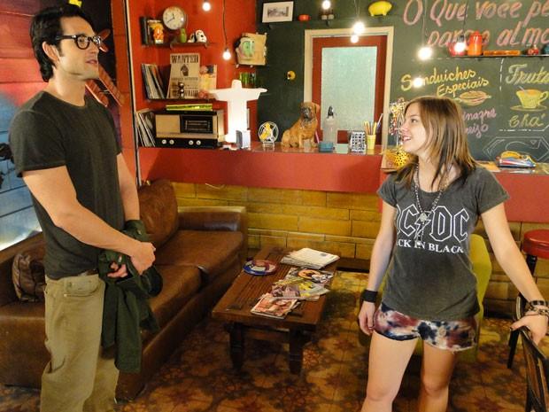 Lobo se encontra com Lia no Misturama. Será que vai dar rolo? (Foto: Malhação / Tv Globo)