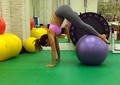 Talitha faz trabalho abdominal com a ajuda da bola (Foto: Arquivo Pessoal)