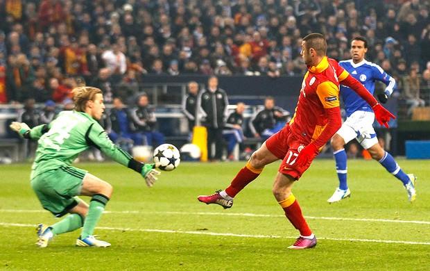 Burak Yilmaz marca gol na partida do Galatasaray contra o Schalke (Foto: Reuters)