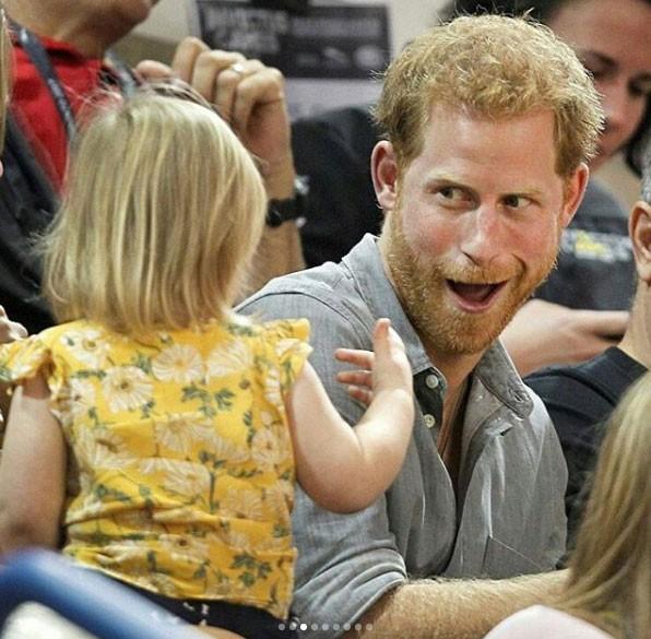 """""""Quem deixou você pegar minha pipoca"""" diz a expressão do Príncipe Harry (Foto: Reprodução - Instagram)"""