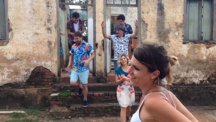 Na gravação com a banda Vanguart, em vila histórica de Piracicaba  (Foto: Reprodução EPTV )