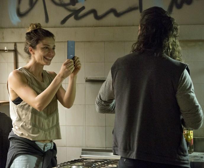 Larissa mostra a Roy o celular que roubou de sua mãe  (Foto: Felipe Monteiro / Gshow)