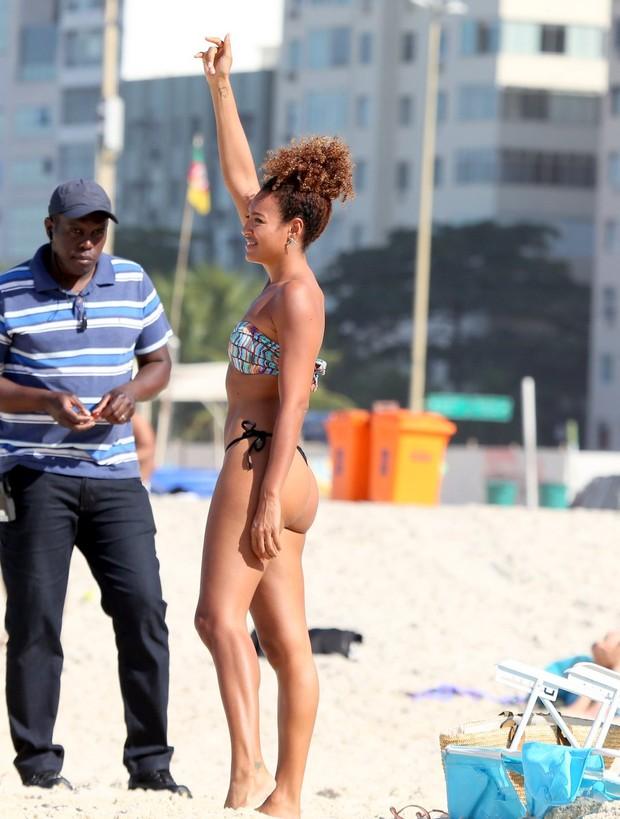 Sheron Menezzes gravando a novela Babilônia na praia (Foto: ANDRÉ FREITAS/AGNEWS )