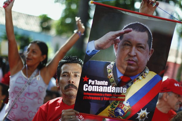 Apoiadores do presidente Chávez durante ato de campanha à reeleição, no último dia 1º, em Caracas (Foto: Jorge Silva / Reuters)