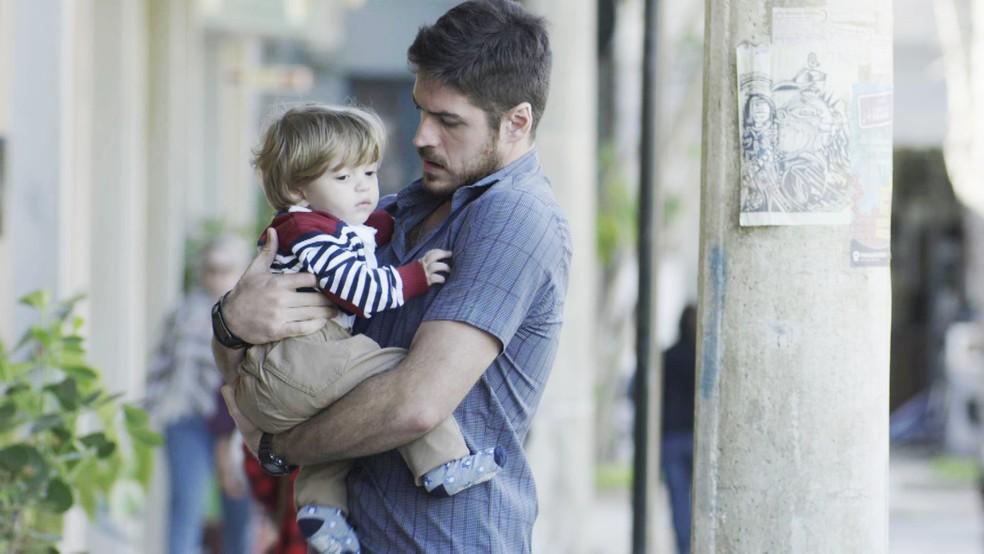 Zeca não sabe que é o verdadeiro pai de Ruyzinho (Foto: TV Globo)