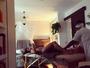 Daniele Suzuki mostra shape sequinho ao receber massagem: 'Relaxando'