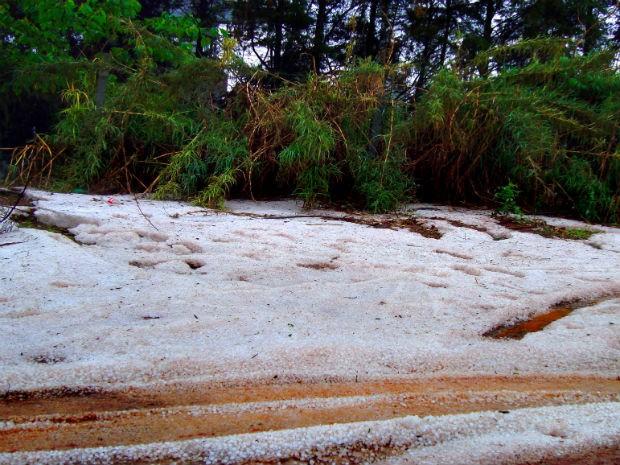 Chuva de granizo atingiu a cidade de Tibagi, nos Campos Gerais do Paraná (Foto: Revair Martins da Luz/Arquivo Pessoal)