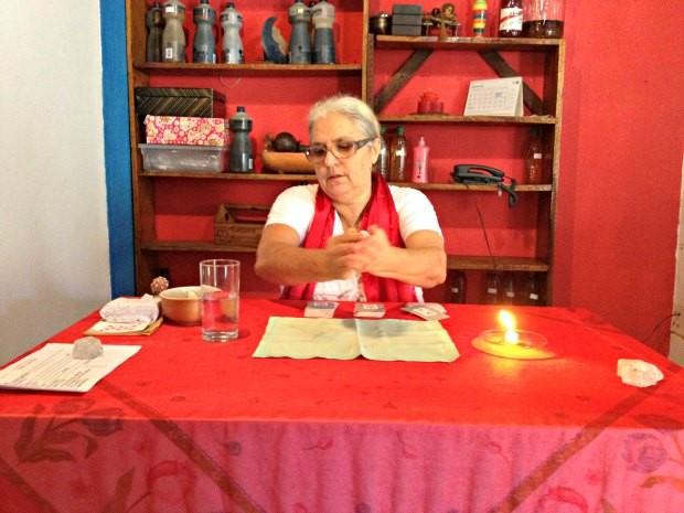 A vidente Eunice Coelho ensina simpatias para atrair amor, dinheiro e prosperidade (Foto: Ivanete Damasceno / G1)