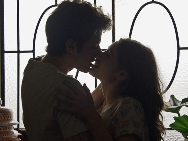 Laís se entrega ao amado! (Foto: TV Globo)