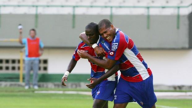 Luiz Carlos comemora gol pelo Fortaleza (Foto: Tuno Vieira/Agência Diário)