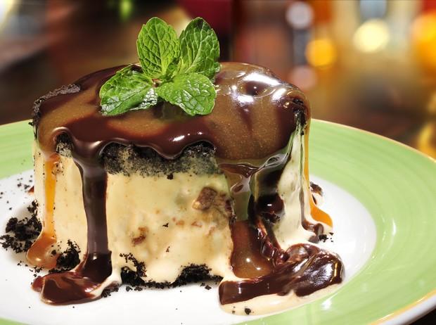 Receita: sobremesa de biscoito, sorvete e calda de caramelo