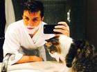 Klebber Toledo faz selfie com bicho de estimação e fã diz: 'Dois gatos'