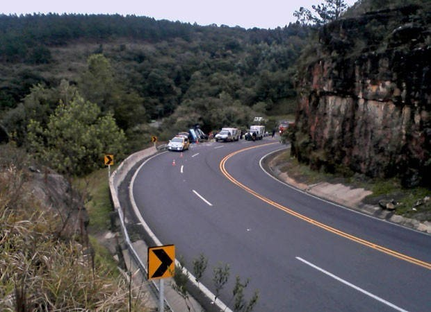 Ônibus caiu em ribanceira após bater na lateral de caminhão (Foto: Foto: Divulgação/Polícia Rodoviária Estadual)