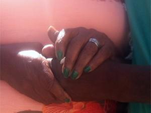 Mãe se emocionou ao reencontrar o filho (Foto: Priscilla Alves/ G1)