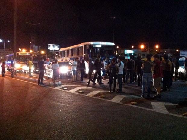 Manifestantes fecharam a BR-101 em frente à Arena das Dunas (Foto: Lamonier Araújo)
