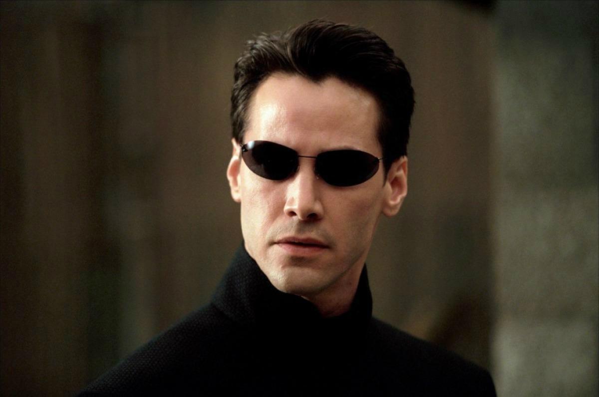 Será que Keanu Reeves ficou incomodado de ter que usar óculos escuros em 'Matrix'. (Foto: Divulgação)