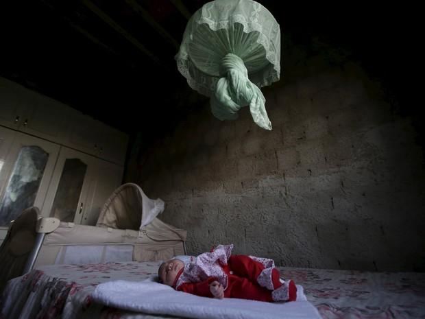 A menina Sophia, que nasceu com microcefalia, na casa da família em Campina Grande, na Paraíba  (Foto: Reuters/Ricardo Moraes)