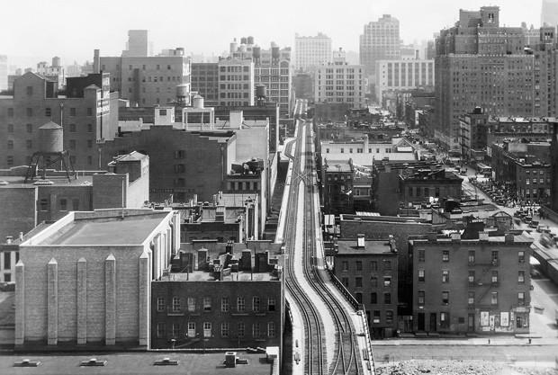 Vista da linha férrea cortando o lado oeste de Manhattan, na altura da Rua 17; à esquerda, a 10ª Avenida (circa 1934)  (Foto: © The High Line)