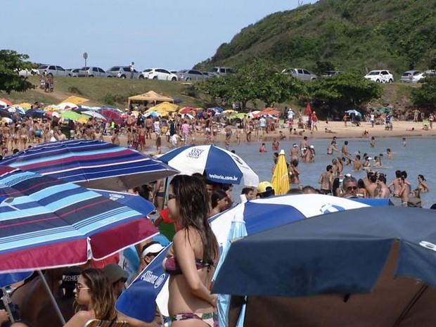 Praia recebe milhares de banhistas durante o período de verão (Foto: Reprodução/TV Gazeta)