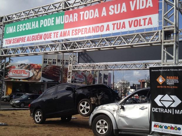 Exposição com carros acidentados foi montada em principais avenidas de São Luís (Foto: Divulgação/SecomMA)