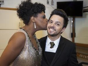 Cecília Militão tasca um beijo no rosto de Rubens Daniel... (Foto: Fabiano Battaglin/TV GLOBO)