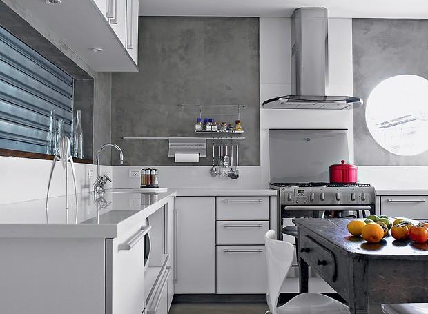 """A grande sacada da cozinha projetada pela arquiteta Claudia Haguiara é o passa-prato. """"Entre o ambiente e a sala de jantar fiz uma comunicação que pode ser fechada por uma janela de enrolar de chapa de ferro galvanizado, igual a porta de loja"""", diz (Foto: Christian Maldonado/Casa e Jardim)"""