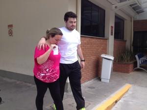 Administradora Kelly Guimarães deixa hospital após reconhecer corpo da mãe (Foto: Ana Carolina Moreno/G1)