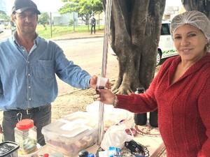 Taxista compra cafezinho para se aquecer em Goiânia, Goiás (Foto: Paula Resende/ G1)