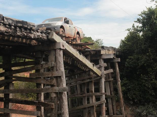 Pontes improvisadas ao longo da rodovia (Foto: Taísa Arruda/G1)