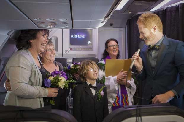 """Mulheres disseram """"sim"""" dentro de um avião em um voo de Auckland para Queenstown, na Nova Zelândia (Foto: Air New Zealand/ AFP)"""