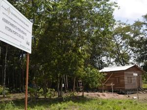 Placa indica criação de assentamento pelo estado no distrito do Coração (Foto: Abinoan Santiago/G1)