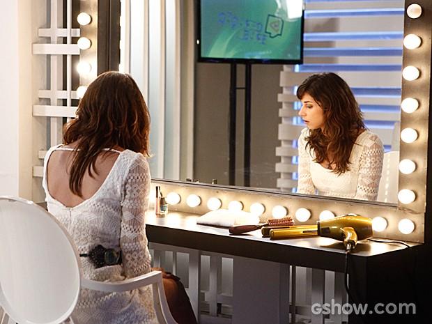 Manu se arruma no camarim e dá de cara com Megan (Foto: Inácio Moraes / TV Globo)