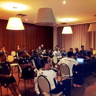 Jogadores assistem a um vídeo com o técnico Doriva e o auxiliar Eduardo Souza (Foto: Divulgação / Vasco.com.br)