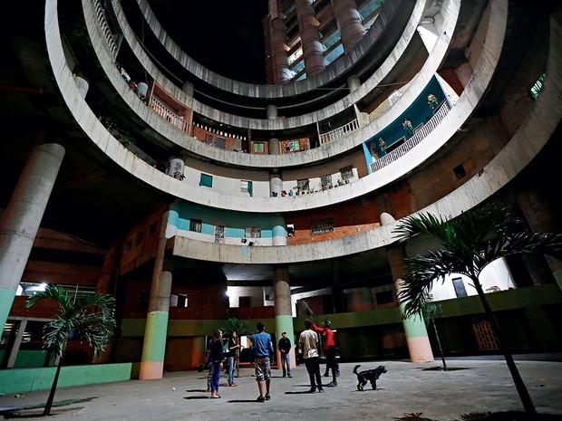 A BABEL DE CARACAS 1. Crianças brincam no lobby da Torre de David (Foto: Jorge Silva)