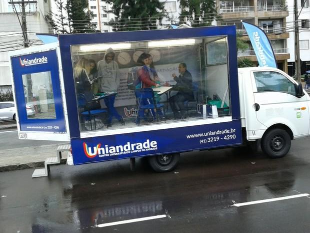 Caminhão da Uniandrade é equipado com uma sala de aula para que estudantes possam tirar dúvidas com professores (Foto: Uniandrade / Divulgação)