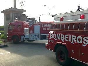 Caminhões do Corpo de Bombeiros chegao ao depósito no início da tarde deste domingo (8) (Foto: Bernardo Tabak/G1)